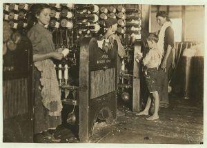 Дети работают на заводе, Черривайлл, Северная Каролина (Льюис Хайн, 1908)